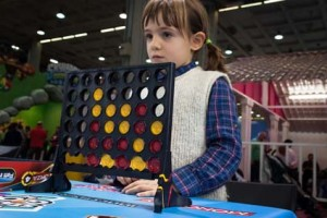 Young girl playing Connect Four at G! come giocare in Milan, Ita